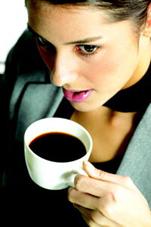 junge frau trinkt kaffee 2.jpg