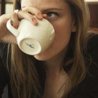 junge frau trinkt kaffee 7.jpg