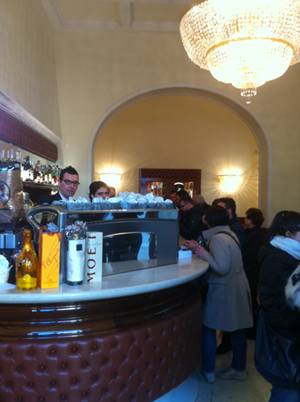 An der Bar im Cafe