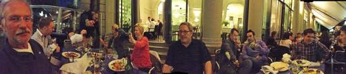 Kaffee-Fans beim gemeinsamen Abendessen