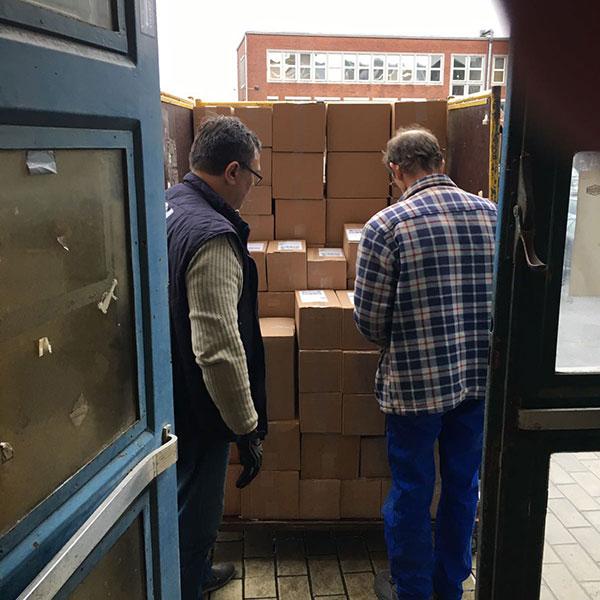 Kaffee- Pakete auf dem Postwagen